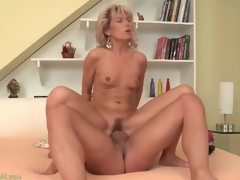 Parsimonious mom vagina bounces first of all big young Hawkshaw