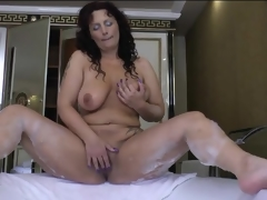Curvy mature masturbates her cunt in the bathtub