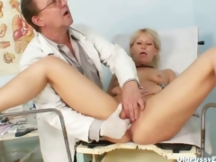 Aged Romana gynochair slit speculum examination away from gyno doctor