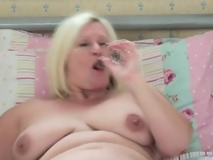 Obese unattended mom cutie masturbates concerning daybed