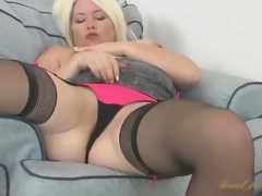 Curvy Amber Jewell masturbates her milf cunt