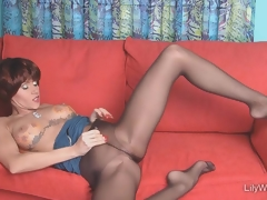 Sexy leggy MILF connected with sjeer black pantyhose